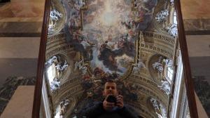 Instalar espejos en el suelo para no romperte el cuello al mirar los impresionantes frescos del techo del Gesù fue una gran idea por su parte...