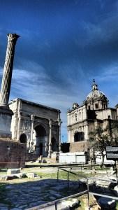 La columna de Foca, la Curia a la derecha y entre ellos, el Arco de Constantino