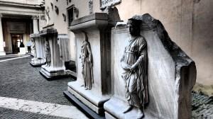 Y restos de esculturas en el patio de acceso a los Museos Capitolinos...