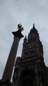 La torre del Neues Rathaus con la Columna de María en frente