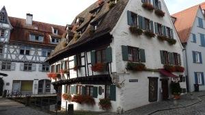 Y aquí está, sin caerse sorprendentemente, la casa más torcida del mundo...