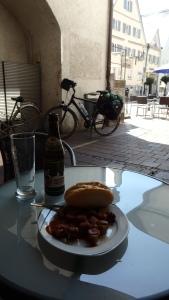 Mi comida a la sombra con mi montura esperando...rollo cowboy...