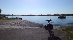 Con este calor ni bajarías de la bicicleta para meterte en el río