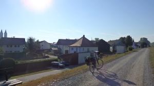 Cruzando pueblos por encima del dique de contención