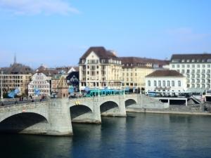 Uno de los puentes que separa la Grossbasel de la Kleinbasel