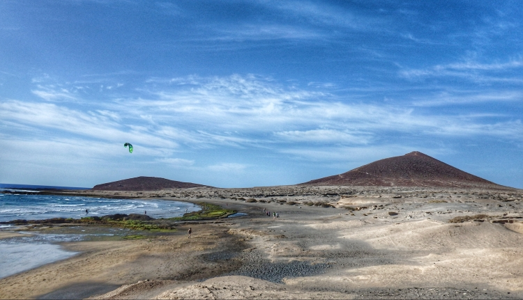 La montaña roja a final de la playa de El Médano